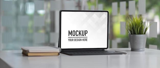 Bureau de table de travail avec maquette d'ordinateur portable