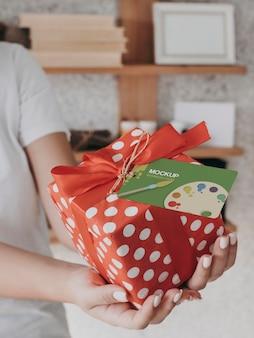 Cadeau créatif avec étiquette maquette