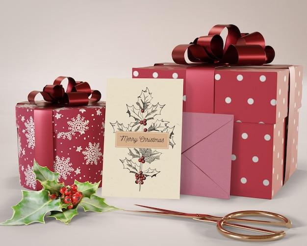 Cadeaux de différentes tailles et carte préparée