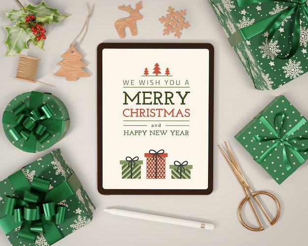 Cadeaux emballés à côté d'une maquette de tablette