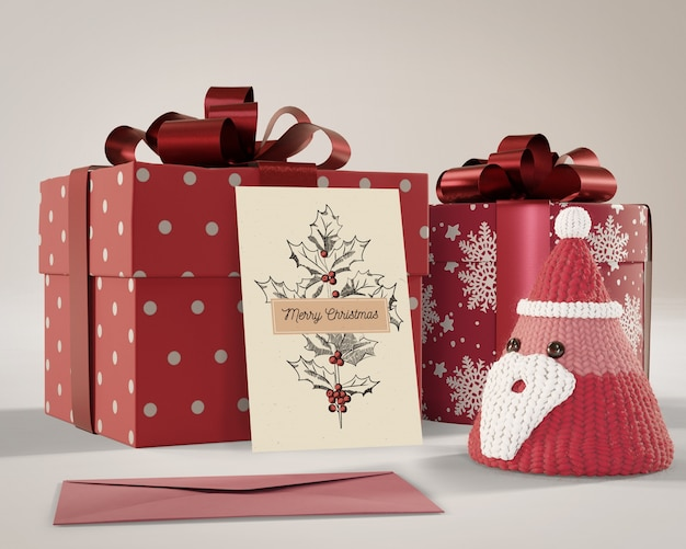 Cadeaux emballés dans du papier rouge avec la carte