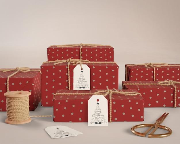 Cadeaux de même taille emballés avec des étiquettes sur