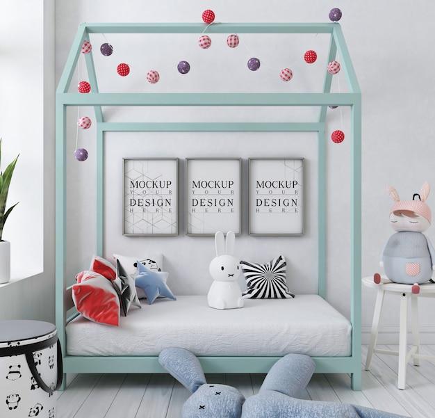 Cadre d'affiche de maquette dans la chambre d'enfant blanc