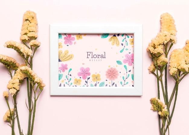 Cadre blanc avec arrangement de fleurs
