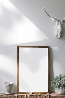 Cadre en bois contre un mur blanc