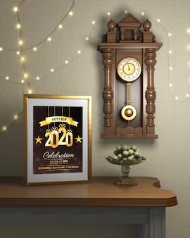 Cadre à côté de la montre sur le mur avec thème de la nouvelle année