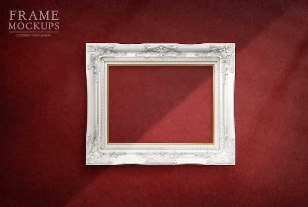 Cadre dans une chambre rouge