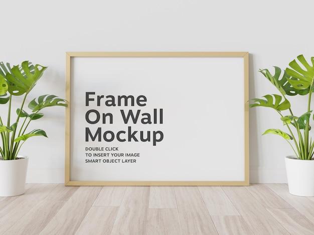 Cadre doré s'appuyant sur la maquette du mur