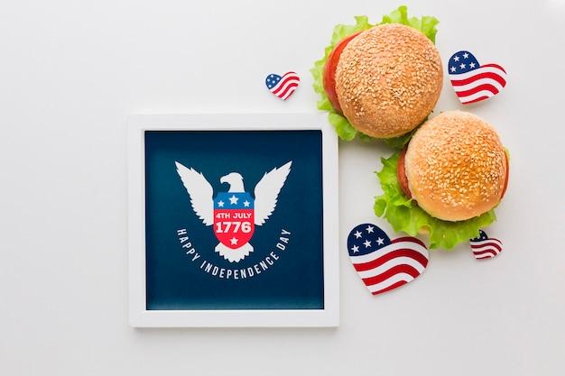 Cadre de fête de l'indépendance avec des hamburgers