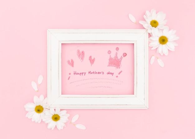 Cadre de fête des mères heureux avec camomille