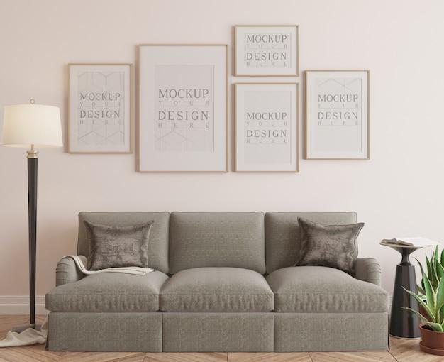 Cadre de maquette dans le salon classique avec canapé