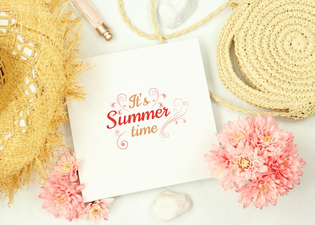 Cadre de maquette avec des fleurs et des éléments de l'été