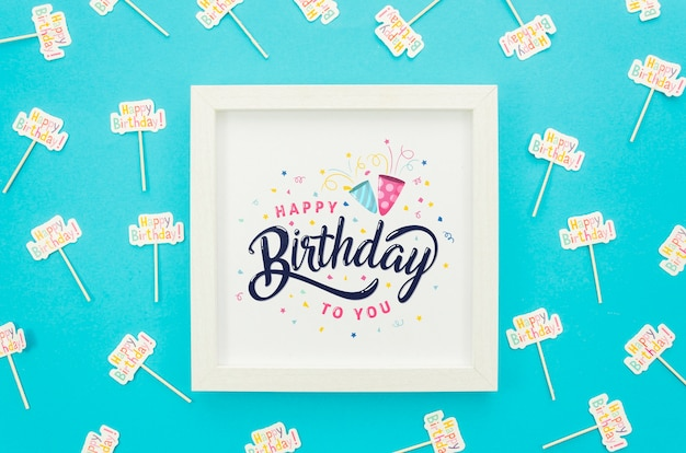 Cadre avec maquette de message d'anniversaire