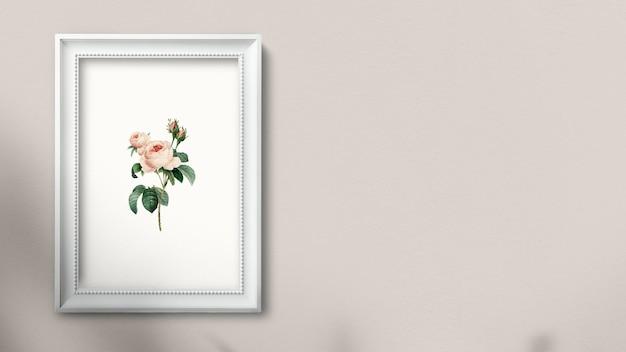 Cadre photo blanc accroché à une illustration de mur