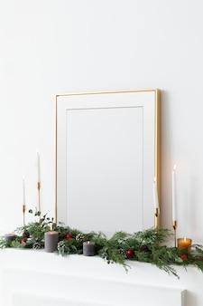 Cadre photo doré festif contre un mur blanc