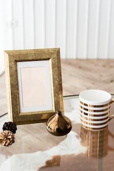 Cadre photo doré sur une table