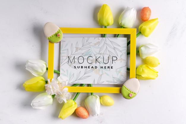 Cadre photo avec des oeufs de pâques avec des tulipes