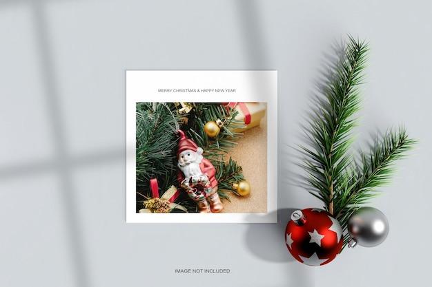 Cadre photo en papier avec boule de noël et maquette de feuille de pin