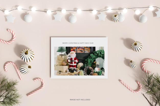 Cadre photo en papier avec décoration de noël et maquette de bonbons à la feuille de pin