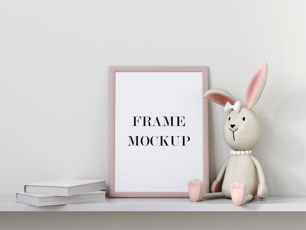Cadre photo rose à côté de peluche appuyée contre la maquette 3d de mur