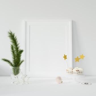 Cadre photo vide et branches décoratives