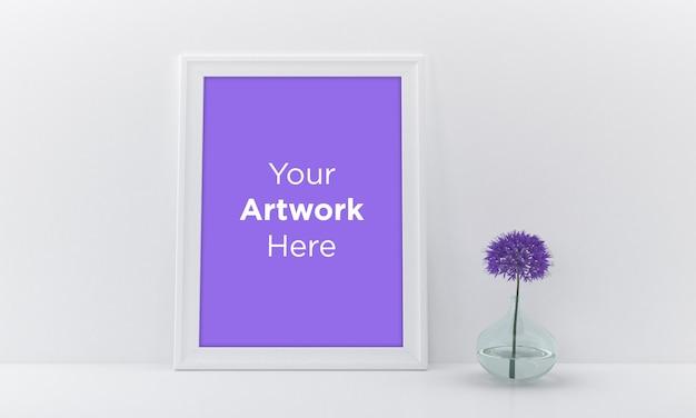 Cadre photo vide mockup design avec fleur pourpre