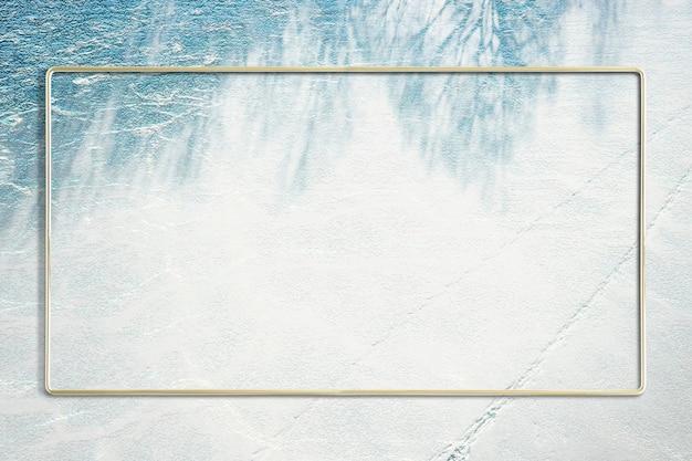 Cadre rectangle doré sur un fond d'ombre feuillu