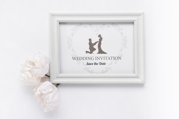 Cadre romantique avec invitation de mariage