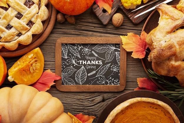 Cadre spécifique avec des citrouilles et de la nourriture sur thanksgiving