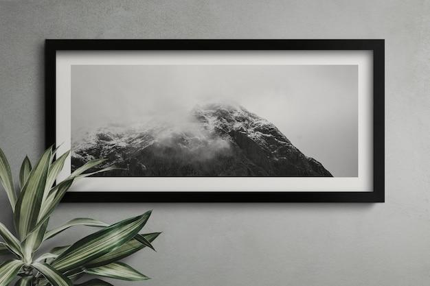Cadre vide sur un mur