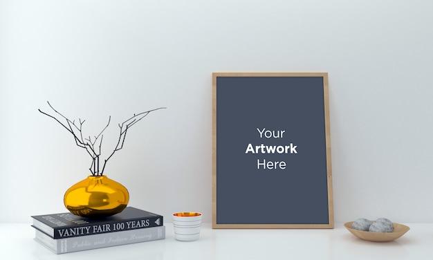 Cadre vide vertical avec vase doré