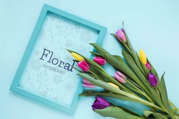 Cadre vue de dessus avec des fleurs à côté