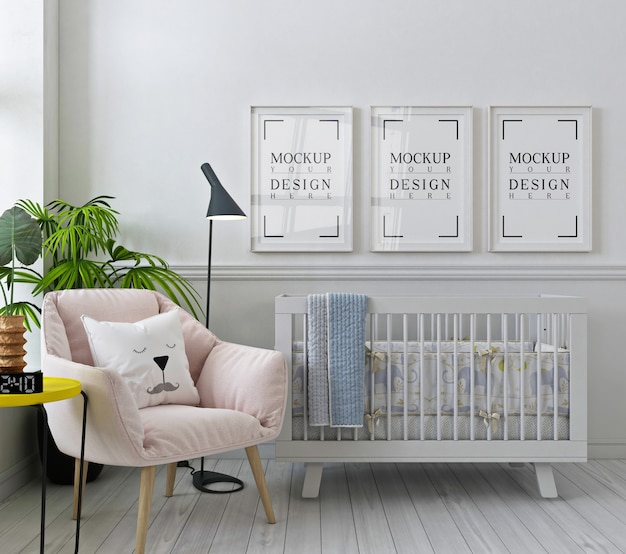 Cadres d'affiches de maquette dans la chambre d'enfant blanche avec fauteuil rose