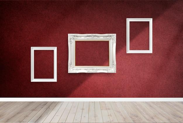 Cadres dans une chambre rouge