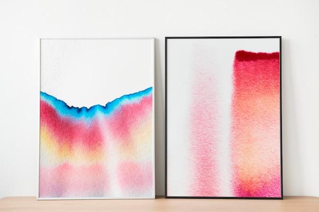 Cadres photo maquette psd avec art de la chromatographie appuyé contre le mur