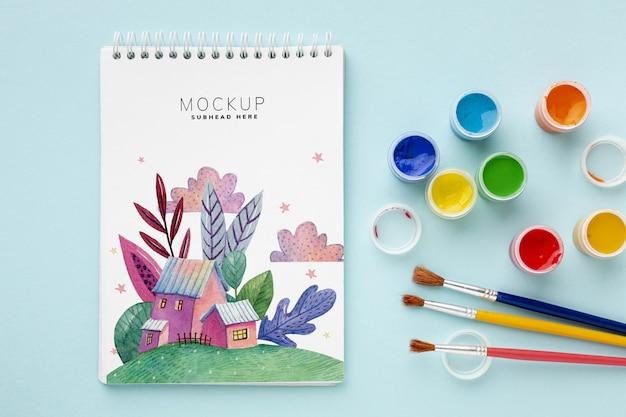 Cahier avec aquarelles et pinceaux