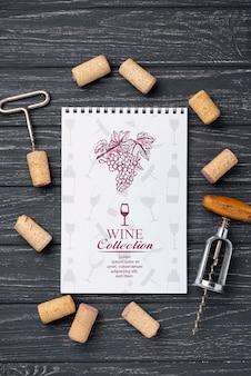 Cahier avec bouchons à vin sur table