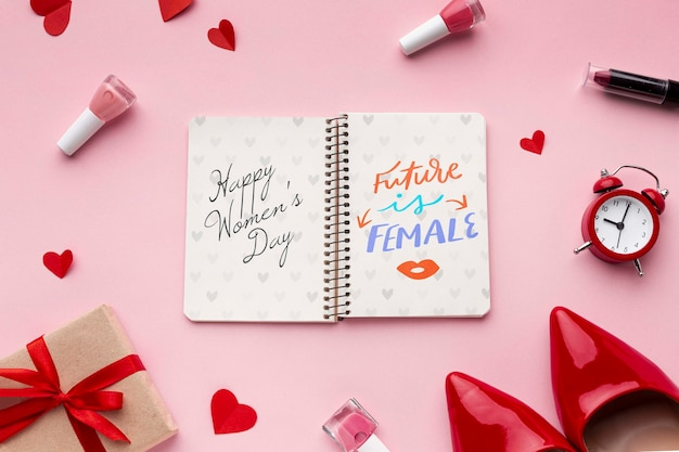 Cahier avec des cadeaux pour la journée des femmes