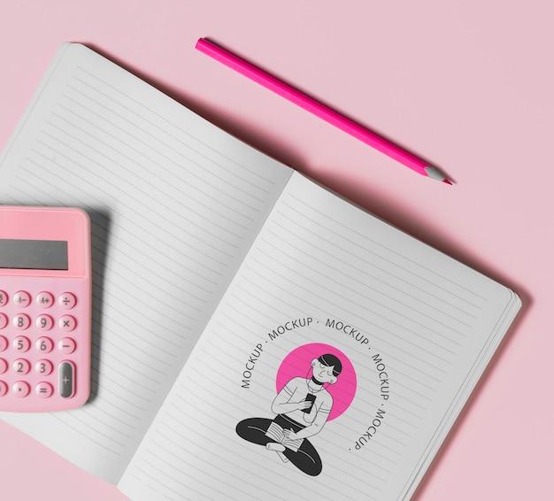 Cahier et calculatrice vue de dessus