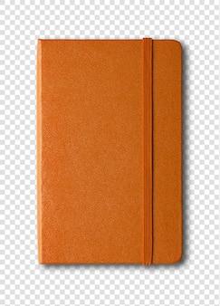 Cahier fermé orange isolé sur blanc