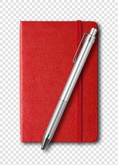 Cahier fermé rouge et stylo isolé