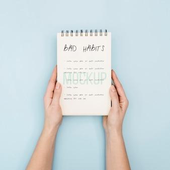 Cahier avec liste de mauvaises habitudes