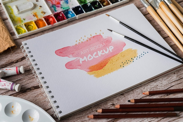 Cahier avec pinceaux et palette