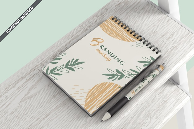 Cahier avec stylo allongé sur une maquette d'étagère en bois