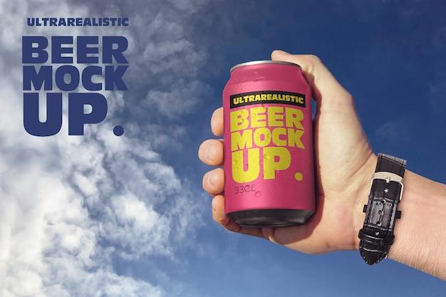 Canette de bière dans le ciel