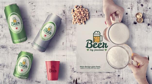 Canettes de bière sur fond blanc