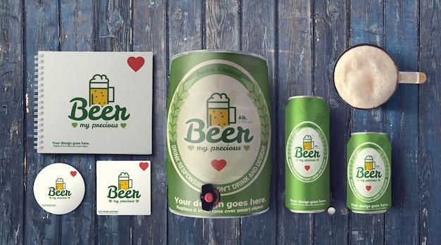 Canettes de bière et fût sur maquette de table rustique