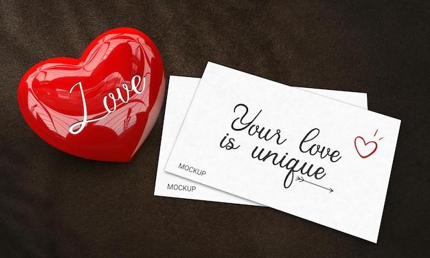 Carte d'amour modèle décorée d'un coeur rouge