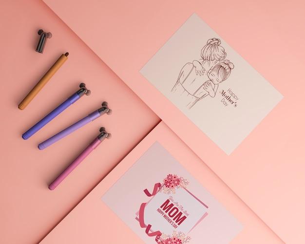 Carte et enveloppe de fête des mères vue de dessus avec maquette