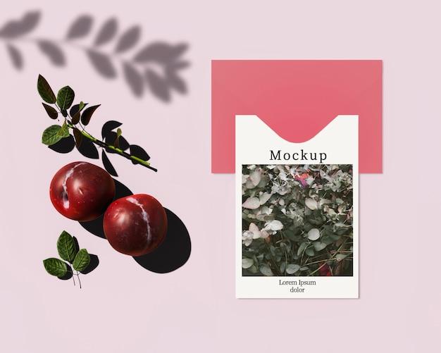 Carte avec enveloppe et prunes